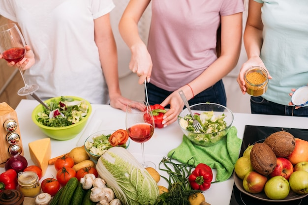 건강한 영양. 비건 친구 라이프 스타일. 여성 요리. 과일 및 야채 구색.