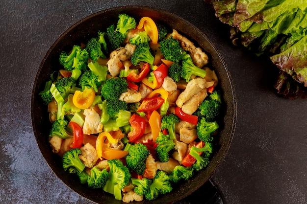 프라이팬이나 프라이팬에 건강한 영양 야채. 케토 다이어트 개념.