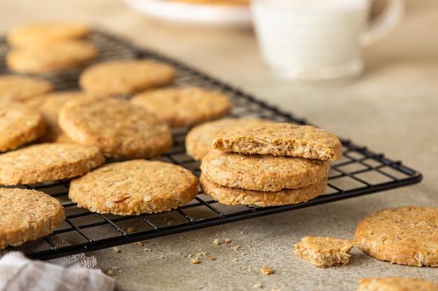 Полезное овсяное печенье со злаками, семечками и орехами с чашкой молока