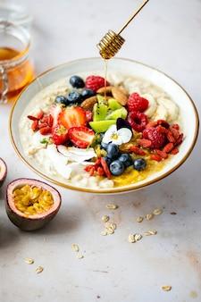 Рецепт полезной овсянки с фруктами и орехами