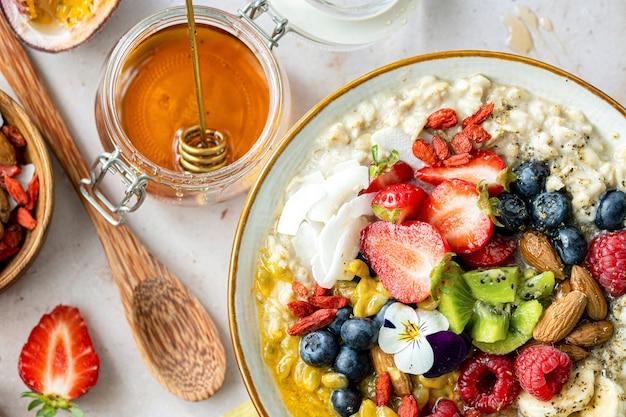 Ricetta salutare di farina d'avena con frutta e noci