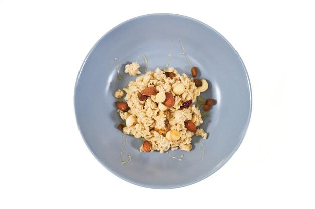 말린 과일과 건포도를 곁들인 건강한 오트밀