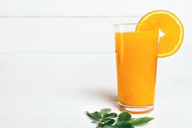 白地にヘルシーなオレンジジュース