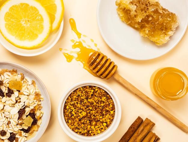 Здоровый органический завтрак на белой поверхности