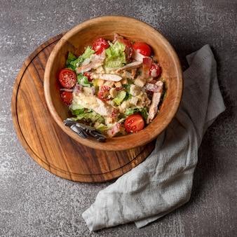 Здоровый органический салат цезарь с курицей.