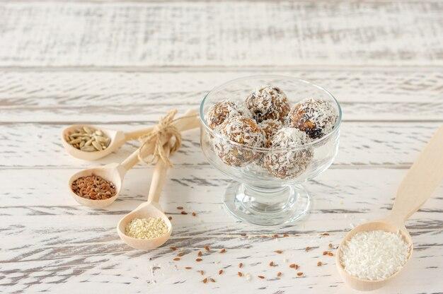 건강한 유기농 에너지 볼은 견과류, 코코아, 코코넛, 꿀과 함께 물기 - 비건 채식 생 간식 또는 음식.