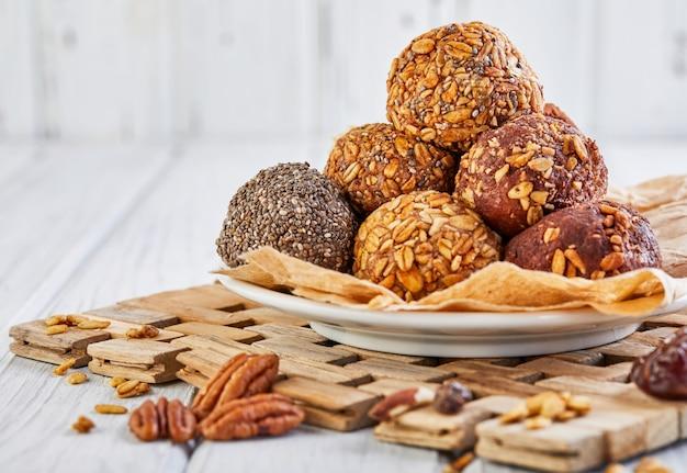 Здоровые энергетические шарики с мюсли, орехами, какао, чиа и медом