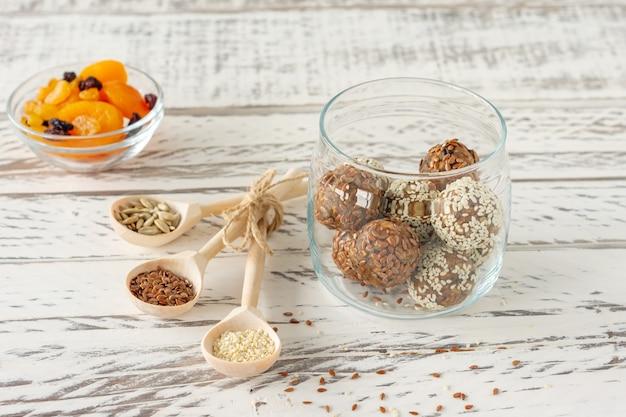 견과류, 카카오, 코코넛, 꿀과 함께 건강한 유기농 에너지 물기 - 비건 채식 생 간식 또는 식사.