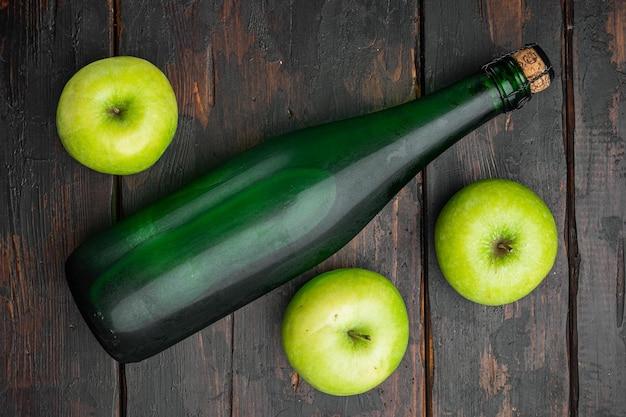 健康的な有機食品。アップルサイダービネガーセット、古い暗い木製のテーブルの背景、上面図フラットレイ