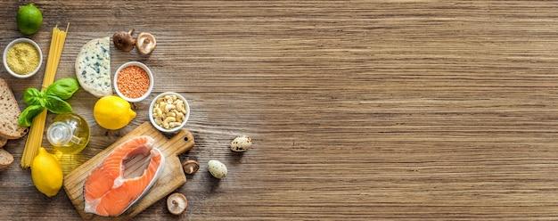 Здоровая органическая питательная диета. на деревянном столе много еды.