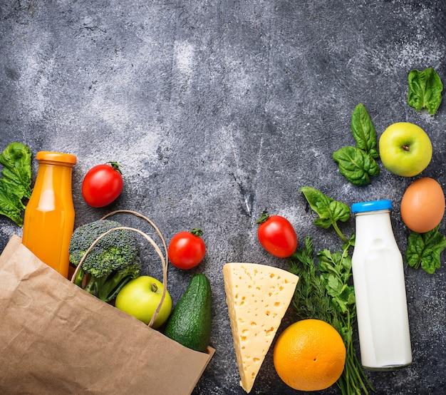 종이 봉지가있는 건강한 유기농 제품
