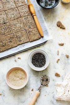 Здоровые органические ржаные крекеры с семенами