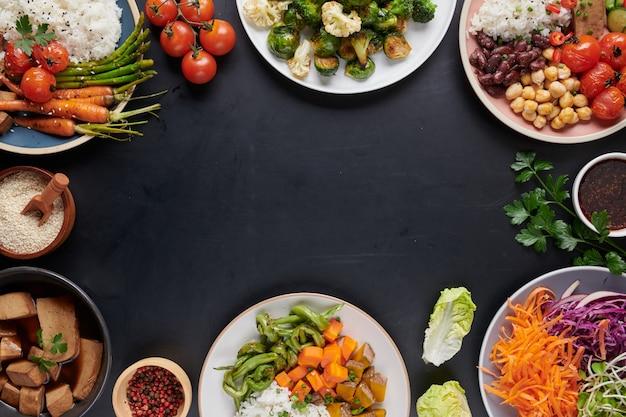 Ciotola di buddha di riso e tofu biologico sano con verdure.