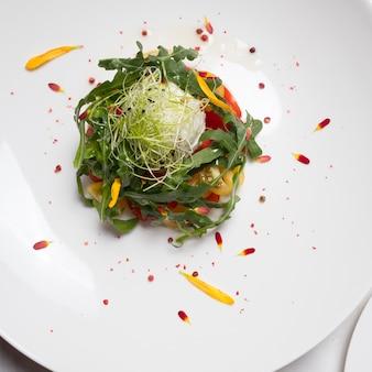 건강한 유기농 야채 샐러드. 채식 음식 배경입니다. 파인 다이닝 컨셉