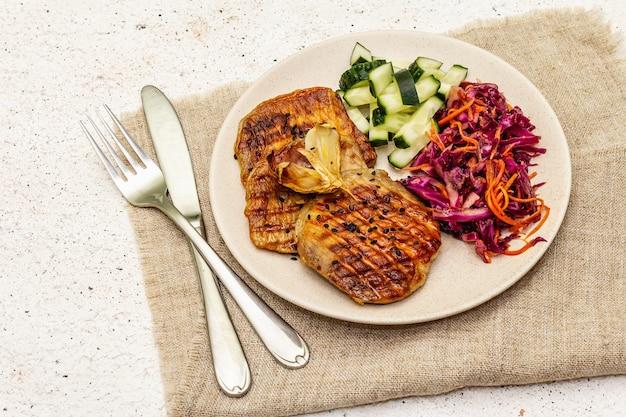 焼き肉、新鮮なキュウリ、発酵キャベツ、にんじんを使った健康的な古食品