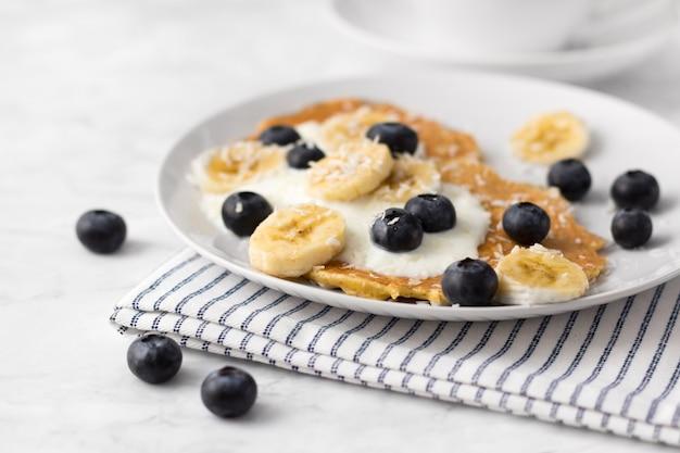 Здоровые блины со свежей ягодой, фруктами и йогуртом. летний завтрак концепции.