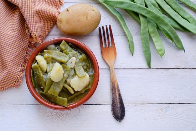Полезные стручки с картофелем, приготовленные в глиняном горшочке