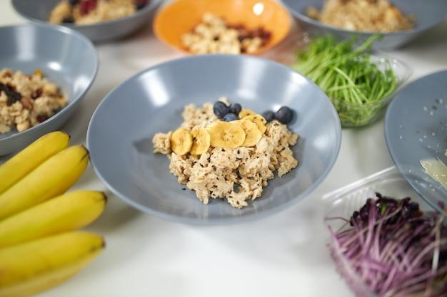新鮮な果物と緑の健康的なお粥