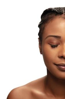 Здорово. портрет красивой афро-американской женщины, изолированной на белой студии