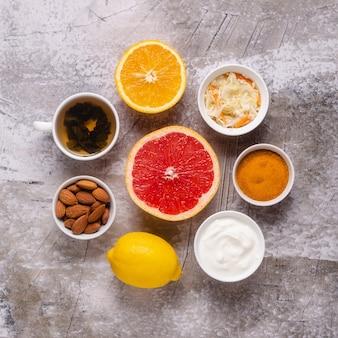 Здоровые продукты для повышения иммунитета и средства от простуды, вид сверху.