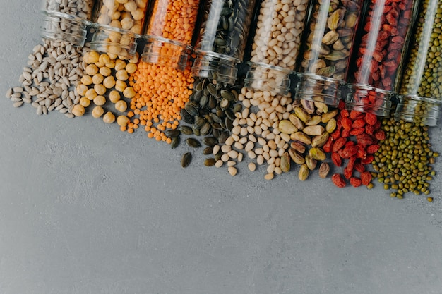 Полезные продукты в стеклянных банках. органические зерна в контейнерах