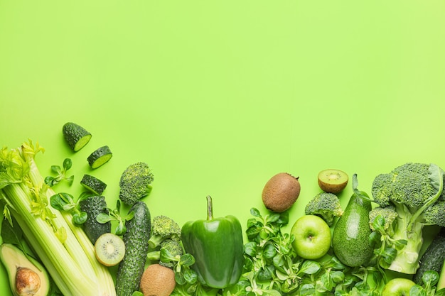 Здоровые продукты на зеленом фоне