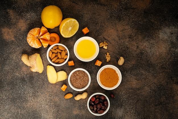 Здоровые продукты для повышения иммунитета находятся в центре. овощи и фрукты для укрепления иммунитета. вид сверху, копия пространства.