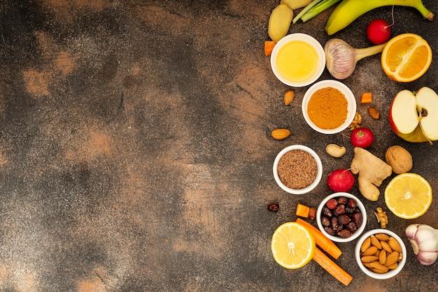 Здоровые продукты для повышения иммунитета. овощи и фрукты для укрепления иммунитета. вид сверху копирование пространства. объект справа.
