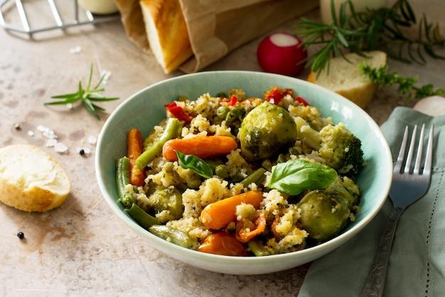 Здоровое правильное питание диетическое веганское блюдо кускус и овощи