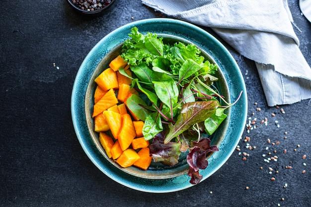 健康的なカボチャのサラダレタスの葉有機成分を食べる