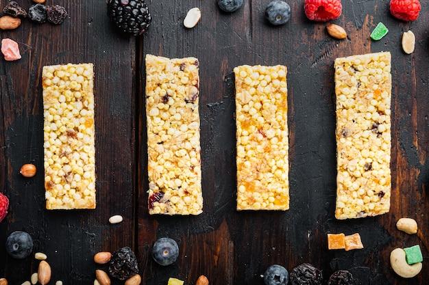 건강한 생 디저트 스낵. 피트니스 다이어트 식품. 아마, 해바라기, 호박씨를 넣은 홈메이드 브레드스틱, 평평한 평지, 나무 탁자 위에