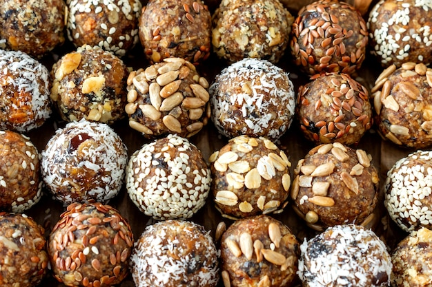 코코아, 코코넛, 참깨, 씨앗을 넣은 건강한 원 에너지 볼. 음식 배경입니다.