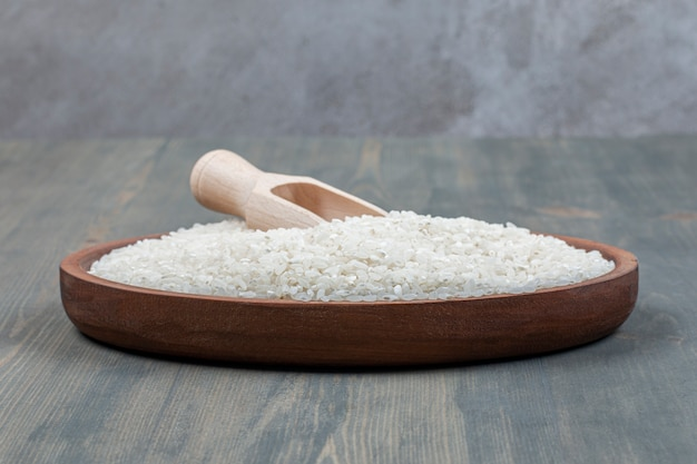 나무 테이블에 나무 숟가락으로 건강 한 생 쌀
