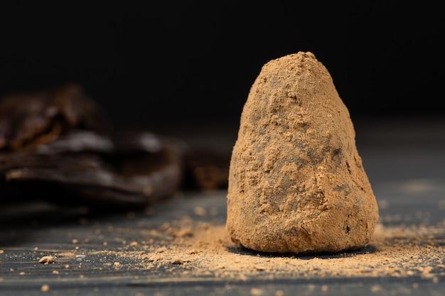 Здоровый сырой веганский сладкие домашние конфеты на деревянный стол