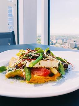 건강한 레시피 유기농 식품과 고급 레스토랑의 채식 샐러드 메뉴, 치즈와 함께 따뜻한 야채.