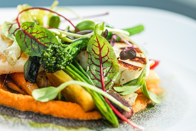 ヘルシーなレシピのオーガニック料理とベジタリアンサラダメニュー、高級レストランの温野菜とチー...