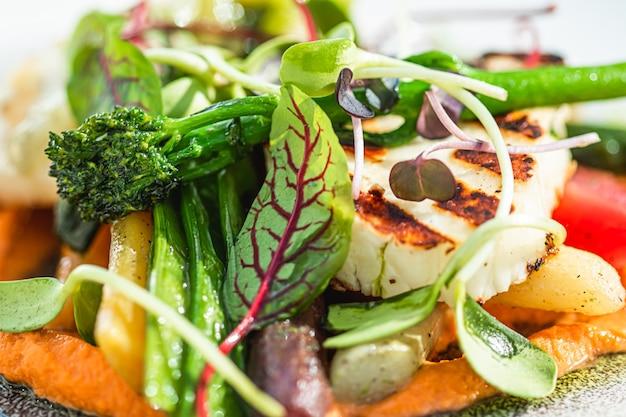 고급 레스토랑의 건강한 요리법 유기농 음식과 채식 샐러드 메뉴, 따뜻한 야채와 치즈...