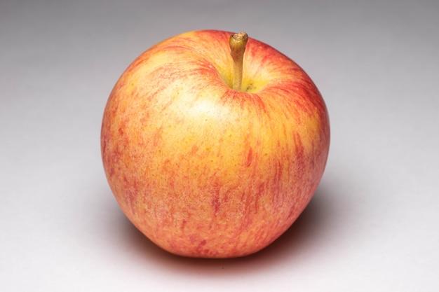 흰색 배경에 과일 식욕을 돋우는 맛있는 채식주의 음식의 건강한 빨간 사과 조각
