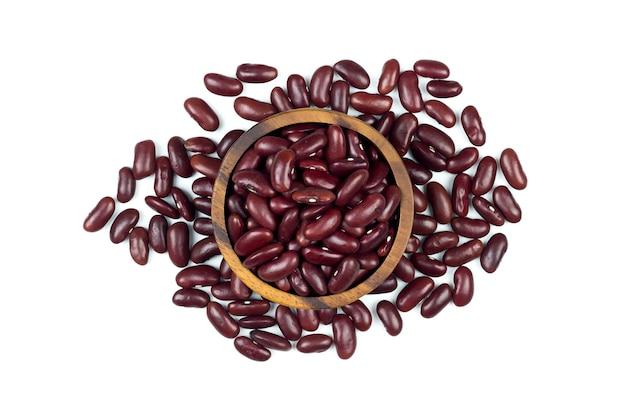 白い背景の上の木製カップの健康な小豆