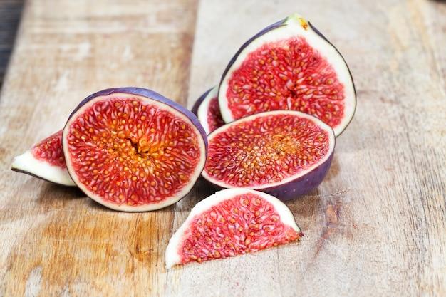 種と健康的な赤いおいしいイチジクの果肉