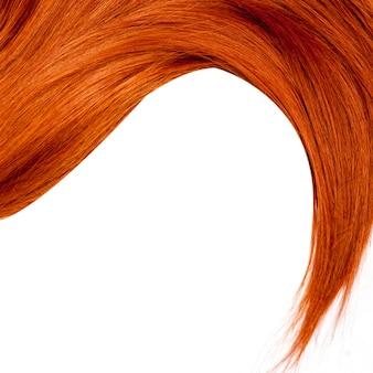 白で隔離される健康的な赤い髪