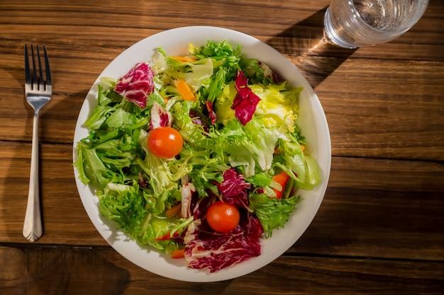 Здоровый салат и стакан воды