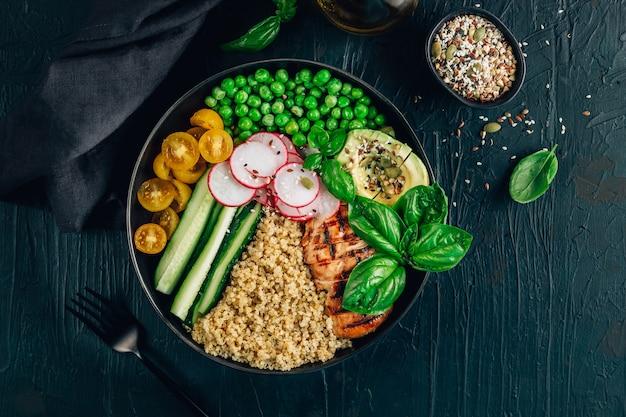 Полезный салат с киноа, помидорами, курицей, авокадо, огурцом, зеленым горошком