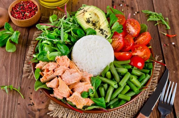 サーモン、ライス、トマト、アボカド、ミックスサラダ、インゲンの健康的なサラダボウル