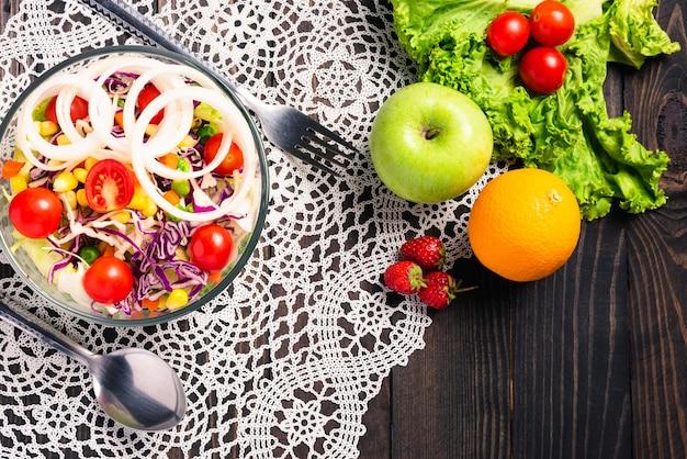 Полезный салат с помидорами и овощной смесью в блюде