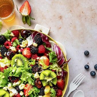 채소와 딸기를 곁들인 건강 샐러드 그릇