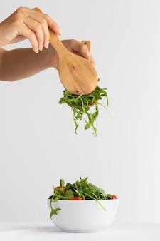 흰 그릇 배열의 건강 샐러드