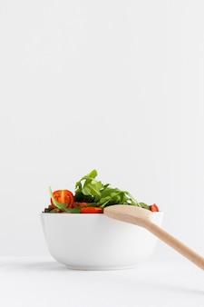 흰 그릇 구색의 건강 샐러드