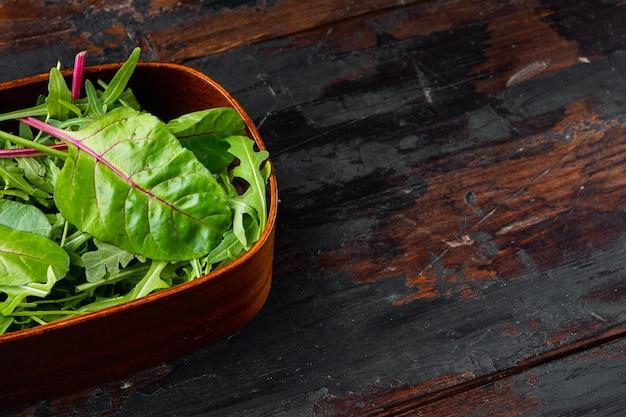 건강한 샐러드, 잎 믹스 샐러드 arugula, chard 세트, 오래된 어두운 나무 테이블 배경, 텍스트 복사 공간