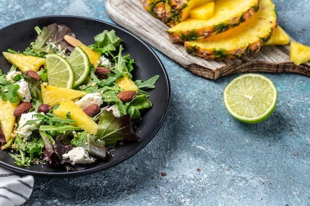 パイナップル、ブルーチーズの葉のヘルシーサラダ。アーモンド